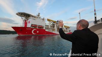 Эрдоган приветствует турецких буровиков на судне Фатих