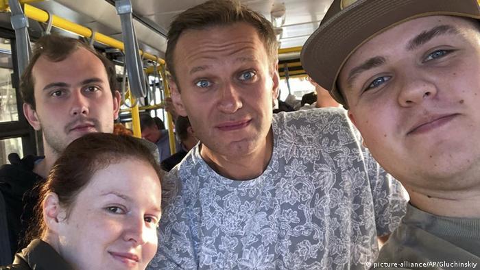 Russland Tomsk Nawalny vor Flugzeug Boarding (picture-alliance/AP/Gluchinskiy)