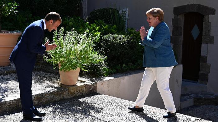 BG I Wie mit Fotos Politik gemacht wird I President Macron Meets Chancellor Merkel - Bornes-les-Mimosas (picture-alliance/C. Simon)