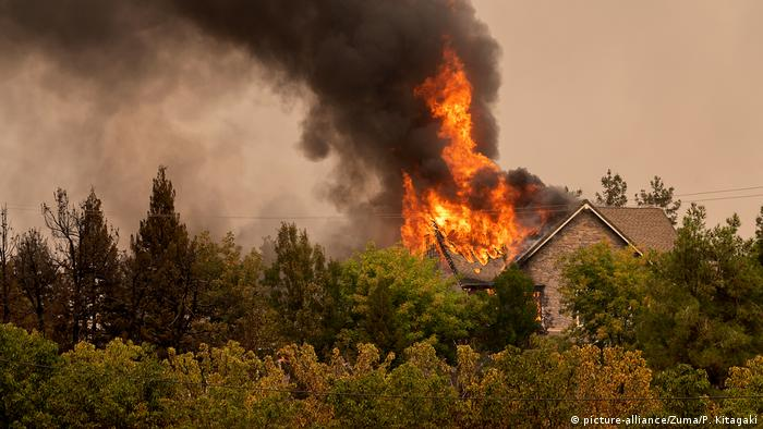 A home ablaze in the California wildfires (picture-alliance/Zuma/P. Kitagaki)