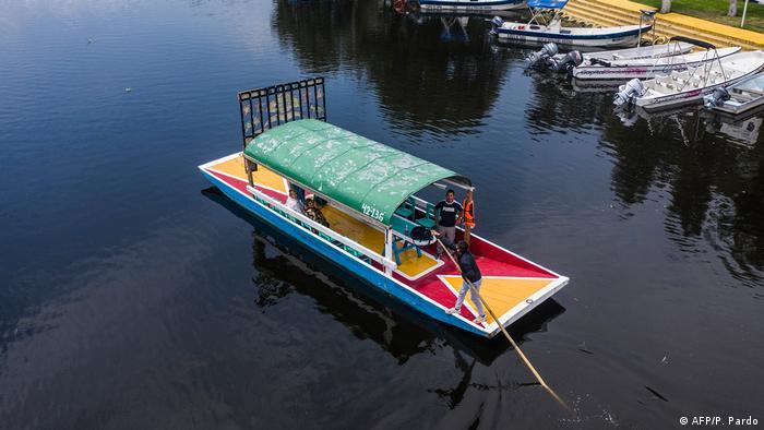 BdTD | Coronavirus | Mexiko Xochimilco Trajinera-Boote fahren wieder