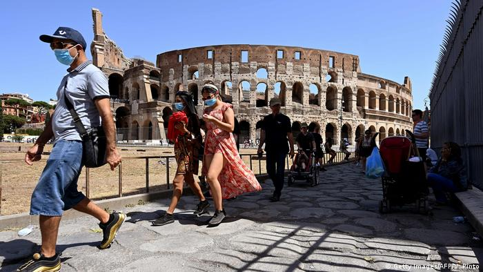 Italien Touristen in Rom mit Schutzmaske (Getty Images/AFP/V. Pinto)