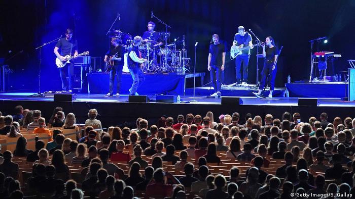 Yıl sonuna kadar konser gibi etkinliklere izin verilmeyecek