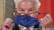 Deutschland Präsident Frank-Walter Steinmeier   Kampf mit Maske