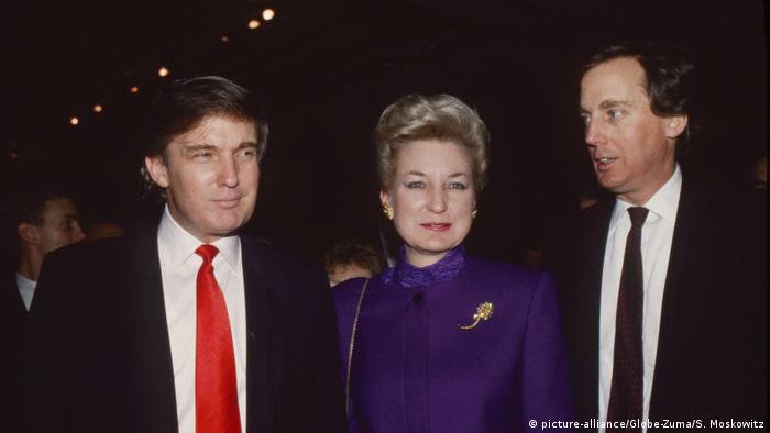 دونالد ترامپ (چپ) در کنار خواهرش مریان و برادرش رابرت در اوایل دهه ۹۰ میلادی