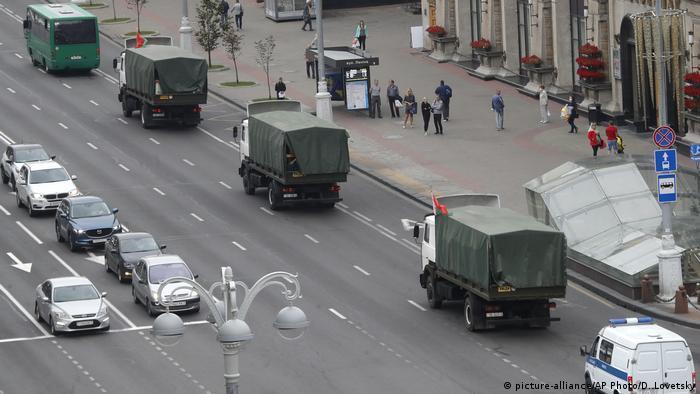Konvoi der Polizeifahrzeuge vor geplantem Protest in Minsk (picture-alliance/AP Photo/D. Lovetsky)