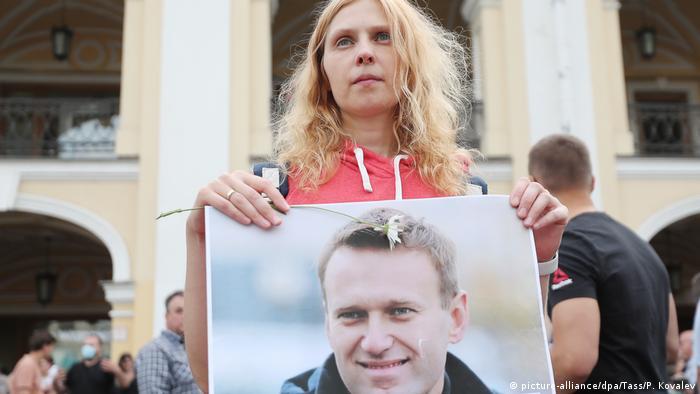 Russland Sankt Petersburg | Demo Solidarität mit Nawalny (picture-alliance/dpa/Tass/P. Kovalev)