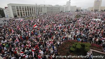 Протестующие на площади Независимости в Минске 23 августа