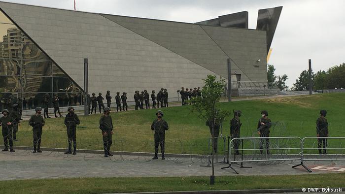 Das Militär bezieht Stellung am Denkmal für die Opfer des Zweiten Weltkriegs