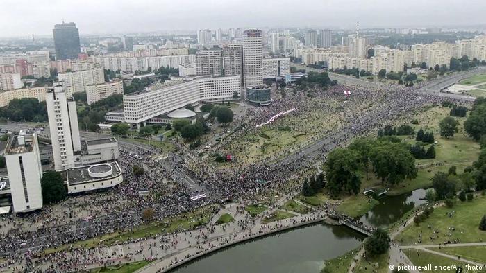 Центр Минска с высоты птичьего полета, улицы заполнены демонстрантами