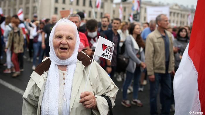 Eine alte Dame bei einer Demonstranton in Minsk