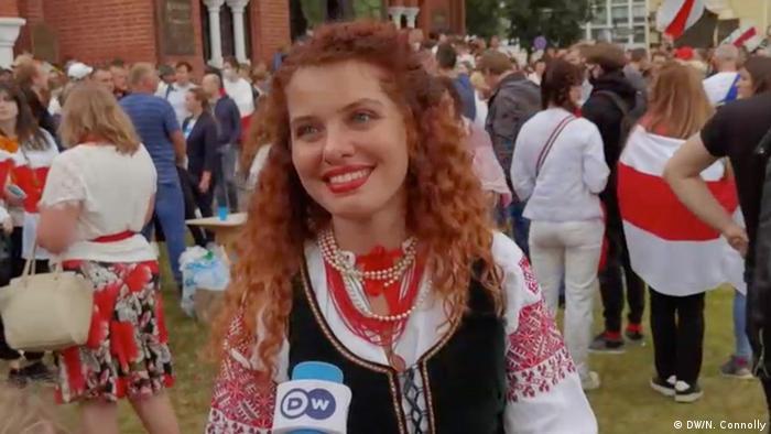 Junge Demonstrantin in Minsk im DW-Interview