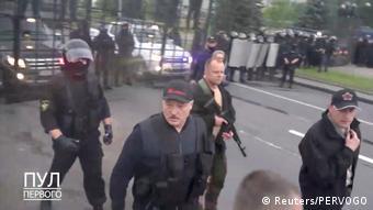 Александр Лукашенко в бронежилете и с автоматом в руках у своей резиденции в Минске