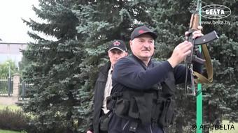 Действующий президент Беларуси Александр Лукашенко с автоматом в руках