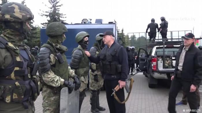Presiden Alexander Lukashenko membawa senjata ketika meninjau kesiapan aparat keamanan di Minsk (AFP/BELTA)