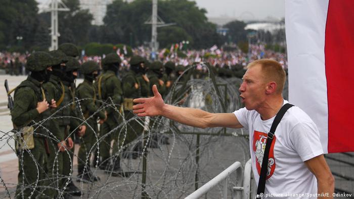 Некоторые протестующие пытались вступить в диалог с оцеплением, утверждая, что источником власти является народ.