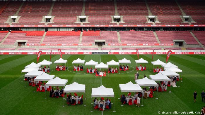 Na stadionu Kelna je prije par dana odigrano finale Lige Evrope, a sada je, u doba korone, na drukčiji način klub dočekao svoje fanove. Njihov glavni sponzor, lanac supermarketa REWE pozvao je 22 para mladenaca sa po četiri gosta na posebnu večeru.