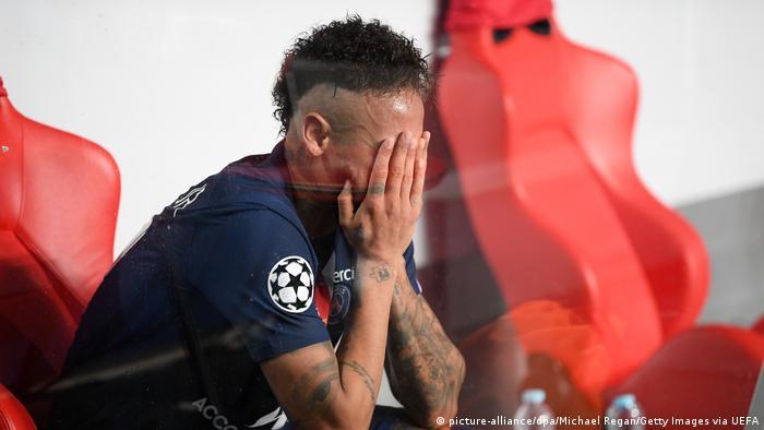 النجم البرازيلي نيمار يذرف دموعه بمرارة بعد خسارة اللقب المنشود في نهائي أبطال أوروبا أمام بايرن ميونخ الألماني