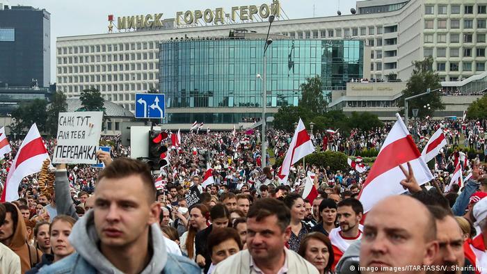 Aksi protes di Minsk menuntut demokrasi (imago images/ITAR-TASS/V. Sharifulin)