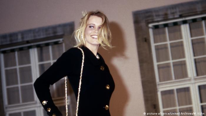 Claudia Schiffer modeling for the Chanel show in 1990 (picture-alliance/United Archives/W. Kühn)