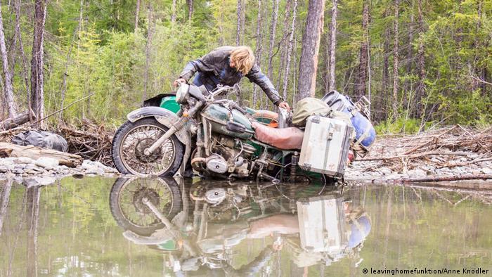 Мотоцикл застрял у небольшого водоема в тайге