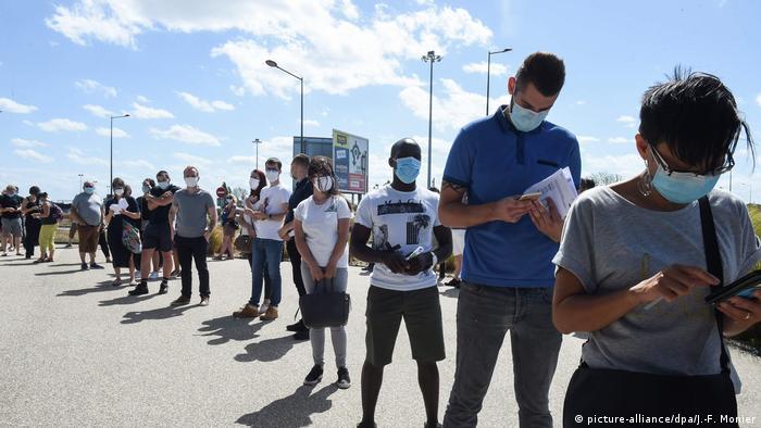 Frankreich Menschen stehen in einer Schlange für einen Covid-19-Test