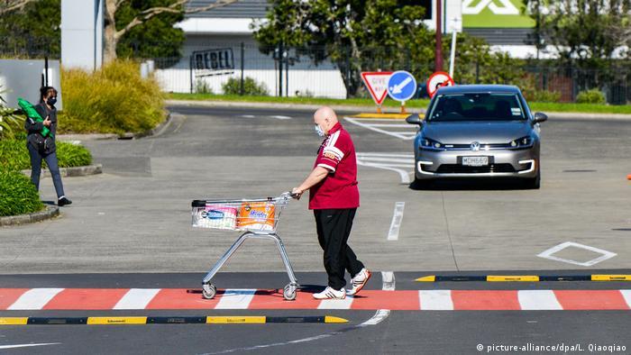 Neuseeland Mann mit Mundschutz auf neuseeländischem Supermarktgelände (picture-alliance/dpa/L. Qiaoqiao)