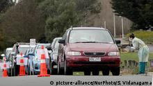 11.8.2020, Christchurch, Neuseeland, A health worker conducts a COVID-19 test in a drive through Community Based AssessmentCentrein Christchurch, New Zealand, on August 14, 2020. With the four Covid-19 cases that were reported on 11th of August 2020, New Zealand's Coronavirus freestreak came to an end. 26 Covid-19 cases have confirmedsince then linking to the original four cases, while one person is in hospital. Auckland has entered into level 3 while the rest of the country is under level 2 restriction. (Photo by Sanka Vidanagama/NurPhoto) | Keine Weitergabe an Wiederverkäufer.
