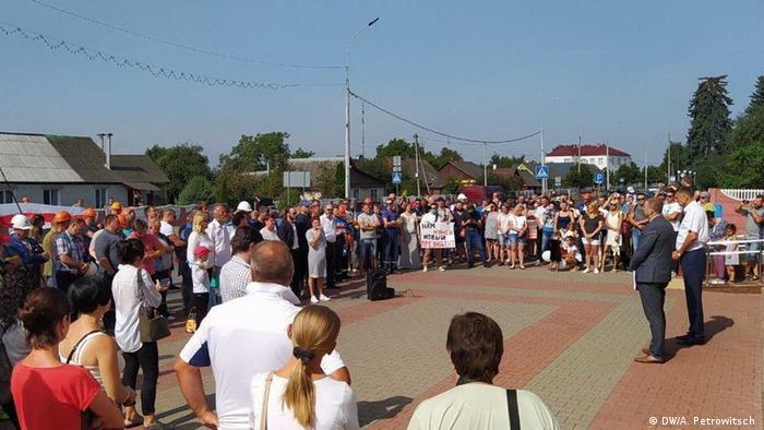Председатель Жабинковского райисполкома встретился с протестующими жителями города Жабинка
