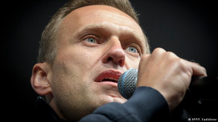 Russian opposition leader Alexei Navalny delivers a speech (AFP/Y. Kadobnov)