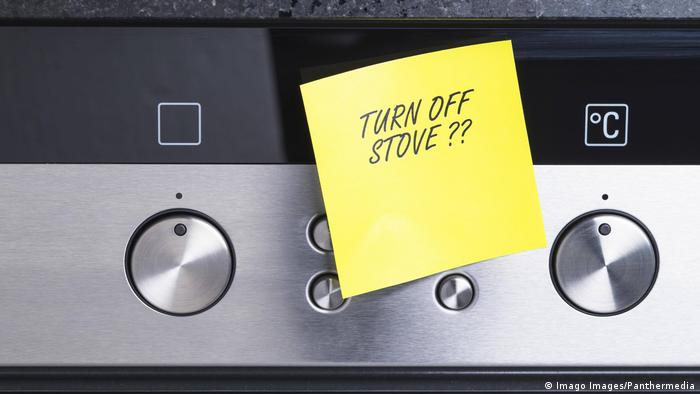 Cooker with post-it note on it saying 'turne off stove?' (Imago Images/Panthermedia)