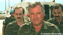Das Archivbild vom 08.08.1993 zeigt den Befehlshaber der bosnischen Serben, General Ratko Mladic, in Sarajevo.Der bosnische Serbenführer Radovan Karadzic hat nach Angaben des bosnisch-serbischen Nachrichtendienstes Srna vom 05.08.1995 den bisherigen Befehlshaber der bosnischen Serben, General Ratko Mladic, abgelöst und persönlich das Oberkommando übernommen. Mladic sei zum Sonderberater für die Koordinierung der gemeinsamen Verteidigung der bosnischen und kroatischen Serben ernannt worden. Mladic, der diese Enttscheidung nicht akzeptiert hat, gilt in Belgrad als Vertrauensmann des serbischen Präsidenten Slobodan Milosevic. |