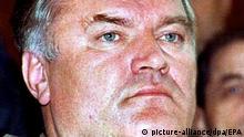 ARCHIV - Der wegen Kriegsverbrechen gesuchte ehemalige militärische Befehlshaber der bosnischen Serben, Ratko Mladic (Archivbild vom 15.11.1995). Nach einem serbischen Rundfunkbericht ist ein Mann festgenommen worden, bei dem es sich um den als Kriegsverbrecher gesuchten Ex-General Ratko Mladic handeln könnte. Das meldet der Sender B 92 am Donnerstag. Mladic ist seit 1995 untergetaucht. Foto: dpa/EPA +++(c) dpa - Bildfunk+++ |