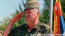 ARCHIV - General Ratko Mladic (Archivfoto August 1995). - Der wegen Kriegsverbrechen angeklagte bosnisch- serbische General Ratko Mladic hat bis 2002 den Schutz der jugoslawischen Armee genossen. Mladic habe sich bis Mai 2002 «ganz legal» in Armeekasernen aufgehalten, sagte Srboljub Nikolic, Oberstleutnant a.D. der jugoslawischen Armee, am Dienstag vor Gericht in Belgrad. Nikolic hatte damals den Befehl bekommen, die Entfernung des Angeklagten aus der Kaserne der Garde in Belgrad zu organisieren. Die Garde ist die Eliteeinheit der Armee. Foto: Drago Vejnovic +++(c) dpa - Bildfunk+++ |