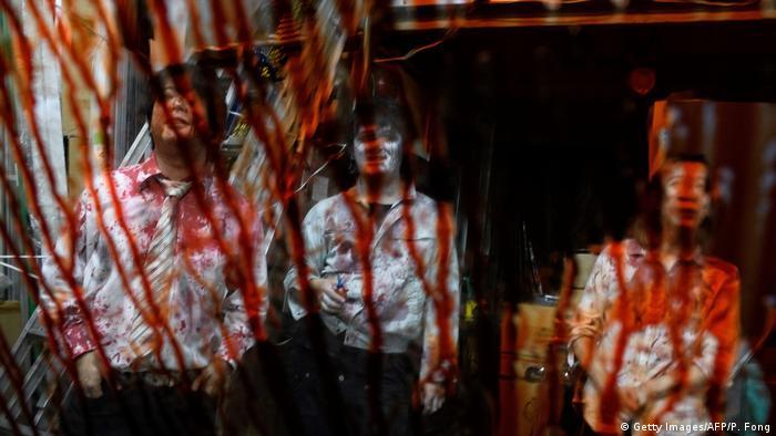 Atraksi hpror bergaya drive-in milik Kenta Iwana, di mana pengunjung diserbu gerombolan zombie yang mencoba masuk ke dalam mobil
