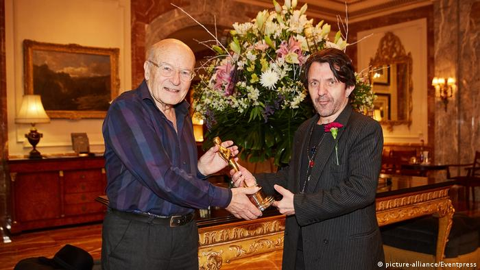 Volker Schlöndorff and David Bennent holding an Oscar together (picture-alliance/Eventpress)