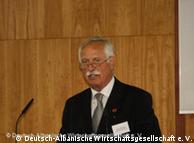 Hans Jürgen   Müller, Präsident der Deutsch-Albanischen Wirtschaftsgesellschaft am   Rednerpult auf einer Forumsveranstaltung in Berlin am 06.04.2010 (Foto:   Deutsch-Albanische Wirtschaftsgesellschaft)