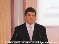 Albaniens  Präsident Bamir Topi am Rednerpult auf einer Forumsveranstaltung in  Berlin am 06.04.2010 (Foto: Deutsch-Albanische Wirtschaftsgesellschaft)