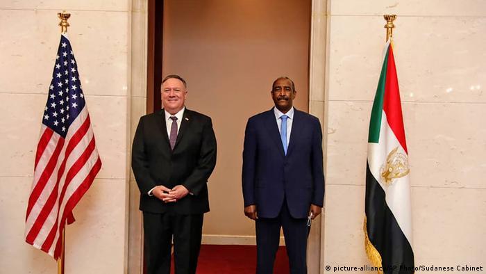 Abdel-Fattah Burhan, Mike Pompeo (picture-alliance/AP Photo/Sudanese Cabinet)