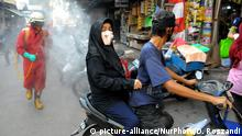 officers spray disinfectant at Klender Traditional Market, Jakarta, on August 25,2020. Spraying that was carried out in the East Jakarta area, a combination of the TNI, Police, Fire Service, PMI, visited the crowded market and main roads to prevent the spread of covid-19, which is currently still high in cases of covid in Indonesia. Dasril Roszandi (Photo by Dasril Roszandi/NurPhoto)   Keine Weitergabe an Wiederverkäufer.