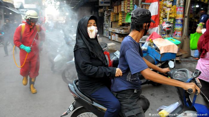In Jakarta wird gleich ein ganzer Markt wegen Corona desinfiziert