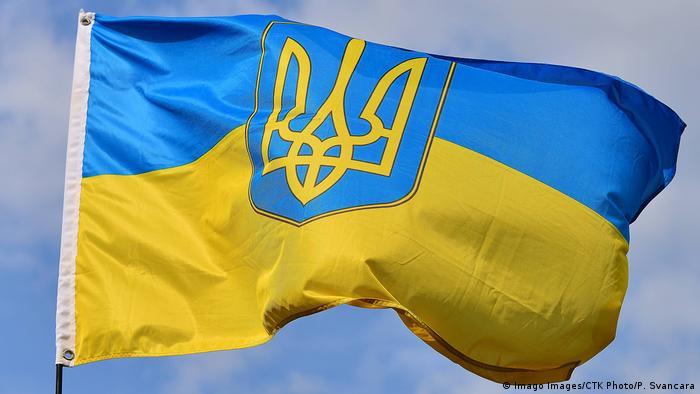 Український синьо-жовтий прапор на тлі синього неба