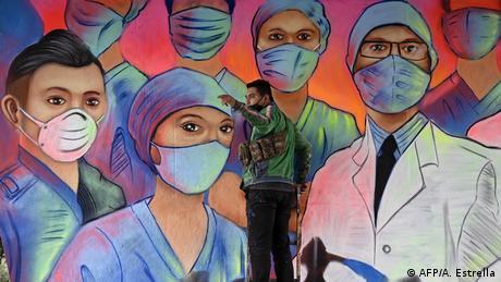 BdTD | Coronavirus | Mexiko City Künstler Applezman kreiert Wandbild zu Ehren der Pflegekräfte (AFP/A. Estrella)