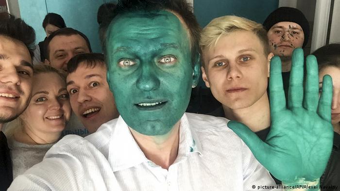 Алексея Навальный после того, как ему брызнули в лицо зеленкой в Барнауле в марте 2017 года.