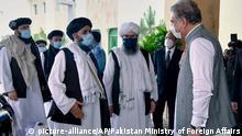 HANDOUT - 25.08.2020, Pakistan, Islamabad: Shah Mahmood Qureshi (r), Außenminister von Pakistan, begrüßt die Mitglieder einer hochrangigen Delegation der Taliban bei ihrer Ankunft im Außenministerium zu Gesprächen. Die Delegation der militant-islamistischen Taliban aus Afghanistan traf am 24.08.2020 in Pakistan ein. Die sechsköpfige Gruppe, angeführt von Taliban-Vizechef Mullah Abdul Ghani Baradar (M), sei von Pakistans Außenministerium eingeladen worden, hieß es in einer Mitteilung des Ministeriums am Montag. Foto: Pakistan Ministry of Foreign Affairs/AP/dpa - ACHTUNG: Nur zur redaktionellen Verwendung und nur mit vollständiger Nennung des vorstehenden Credits +++ dpa-Bildfunk +++ |