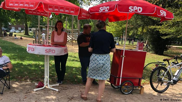 People stop to chat at the information stand (DW/E. Douglas)