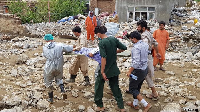 Mehrere Männer trage eine Bahre (Reuters)