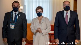 Θα καταφέρει να τους πείσει; Η Α. Κραμπ-Καρενμπάουερ με τους ομολόγους της από την Ελλαδα και την Κύπρο - Νίκο Παναγιωτόπουλο και Χαράλαμπο Πετρίδη