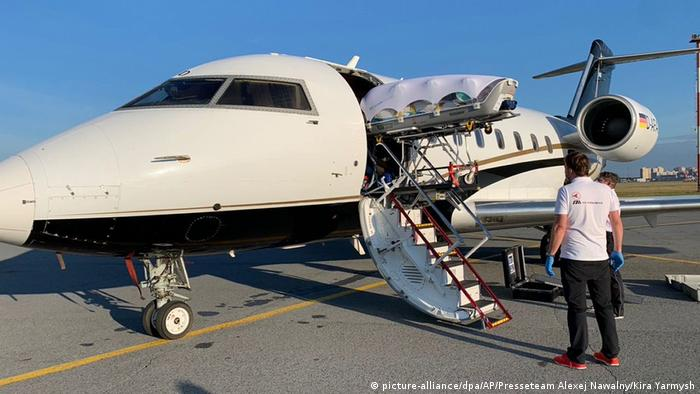 Транспортировка оппозиционного политика Алексея Навального на самолете, присланном за ним из Германии.