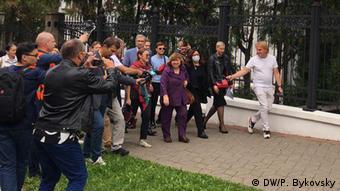 Член президиума Координационного совета, лауреат Нобелевской премии по литературе Светлана Алексиевич идет на допрос, фото 26 августа